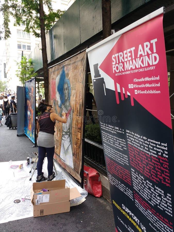 Arte della via per l'umanità, giorno di Bastille sulla sessantesima via, New York, NY, U.S.A. fotografia stock