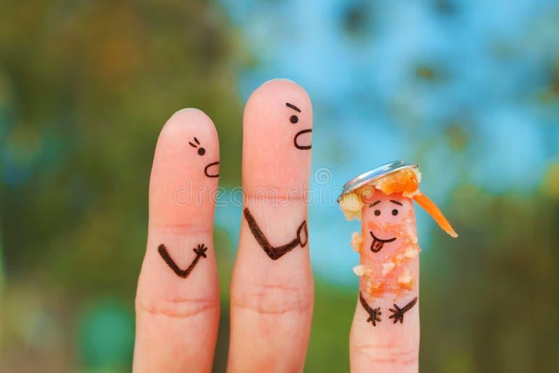 Arte delle dita della famiglia durante il litigio Il concetto dei genitori rimprovera il bambino perché ha messo un piatto di ali fotografia stock libera da diritti