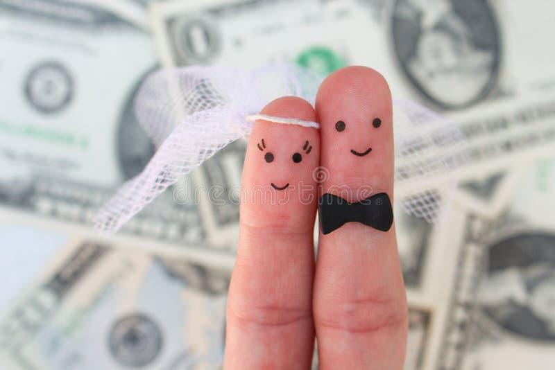 Arte delle dita di una coppia felice La sposa e lo sposo abbracciano su fondo di soldi fotografia stock