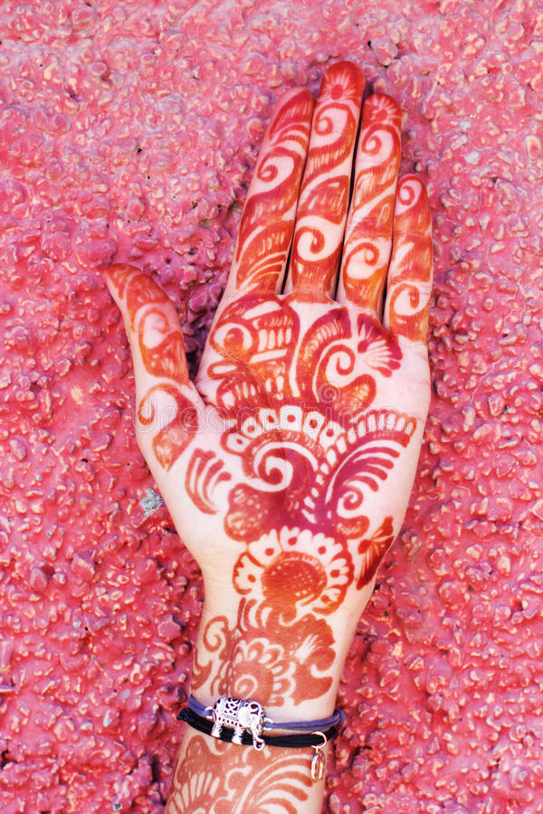 Arte di Mehendi o tatuaggio di Heena sulla mano fotografia stock libera da diritti