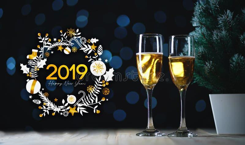 Arte 2019 di tipografia Due vetri di Champagne e di piccolo Christma immagini stock