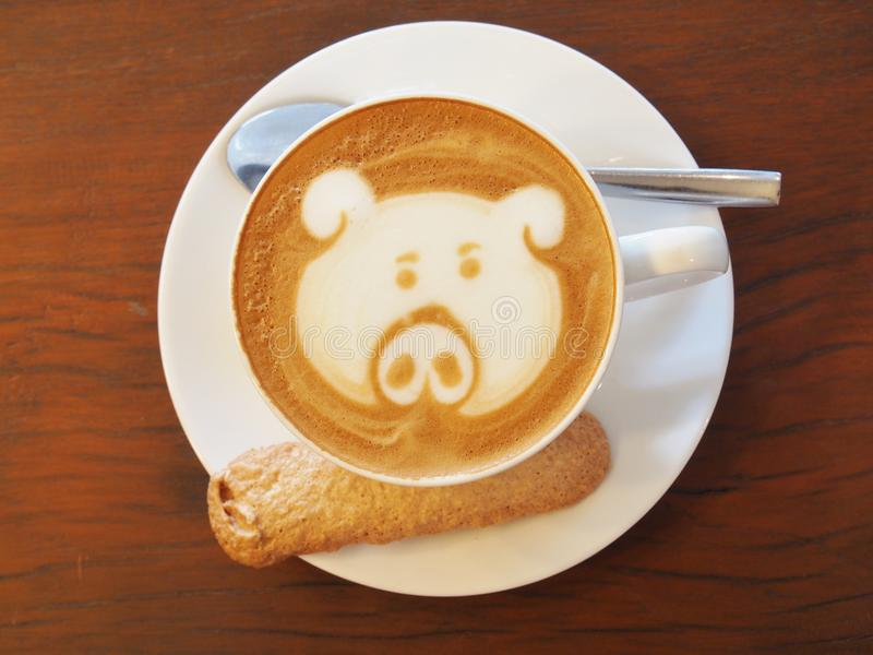 Arte do café do Latte na mesa de madeira fotos de stock royalty free