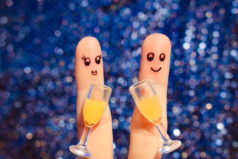 Arte do dedo de um par feliz Pares que fazem o bom elogio Dois vidros do champanhe imagens de stock royalty free
