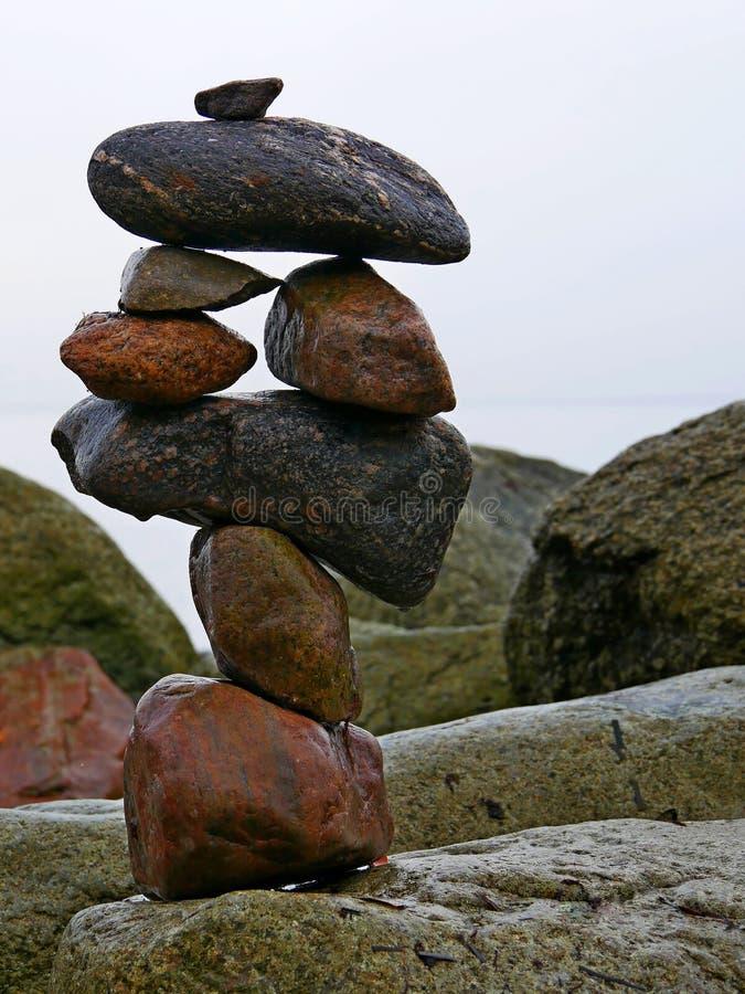 Arte do equilíbrio das pedras que empilha na praia imagem de stock royalty free
