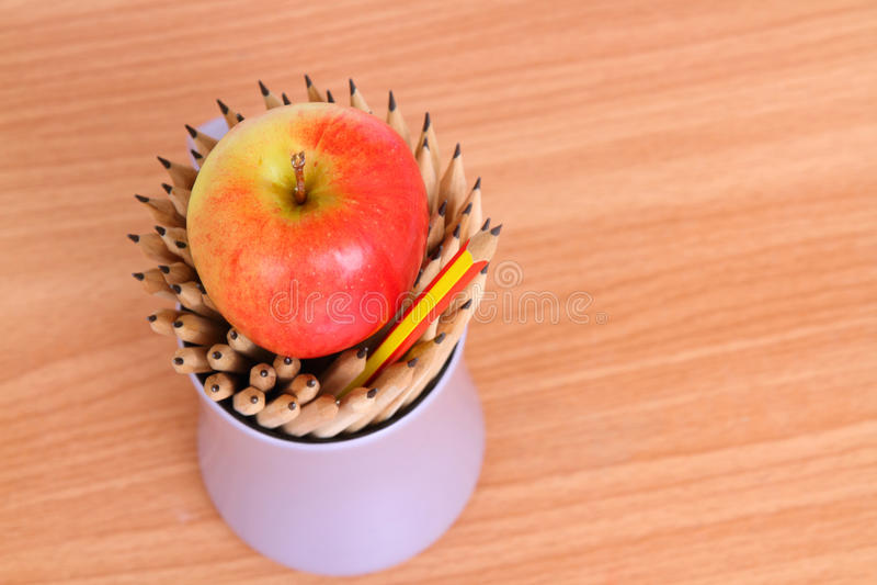 Arte do lápis e da maçã no líder de madeira da ideia do conceito do fundo imagens de stock royalty free