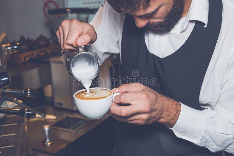Arte do latte do café na cor do vintage da cafetaria foto de stock royalty free