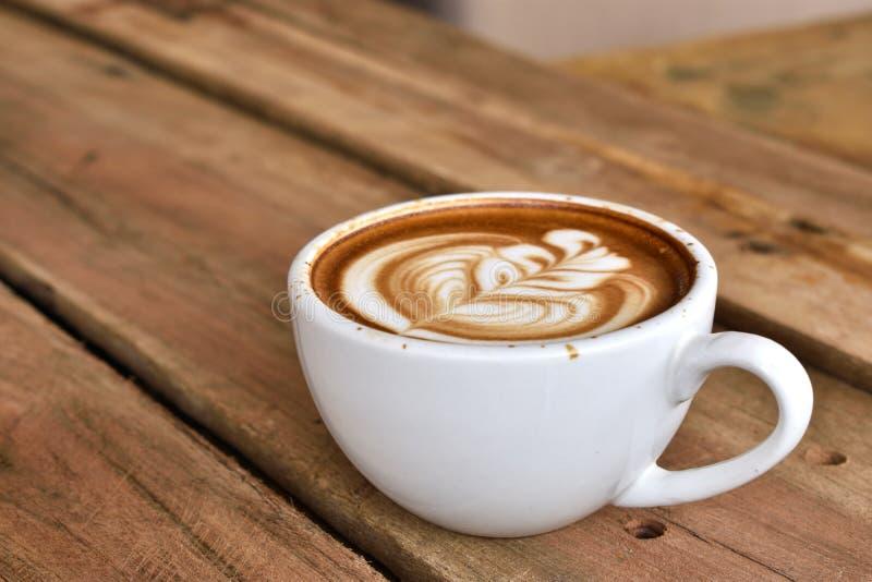Arte do latte do café no copo de café branco foto de stock