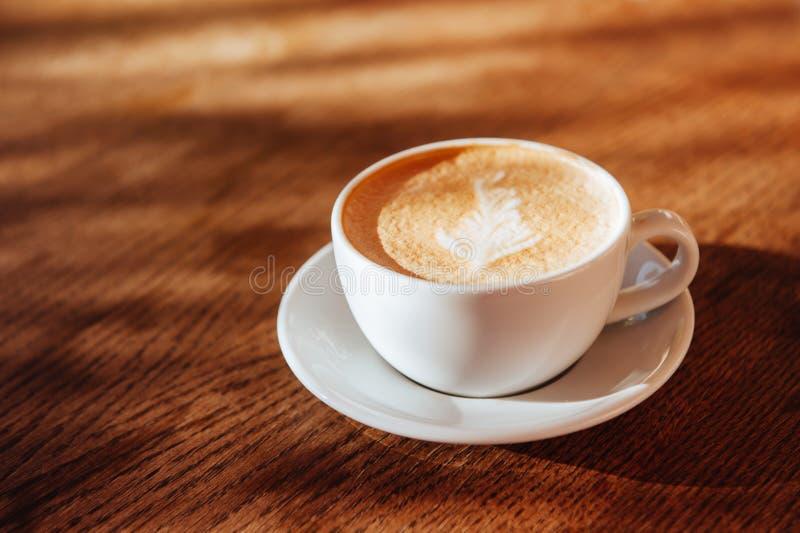 Arte do latte do copo de café no café foto de stock royalty free