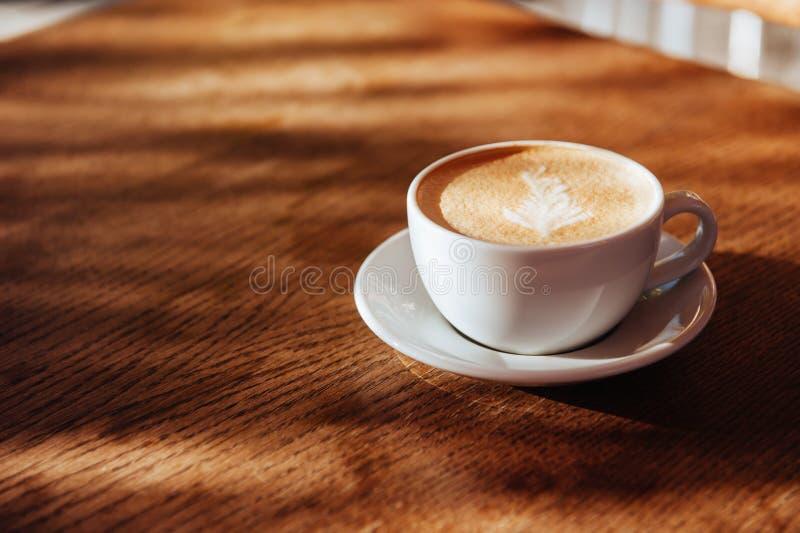 Arte do latte do copo de café no café imagens de stock royalty free