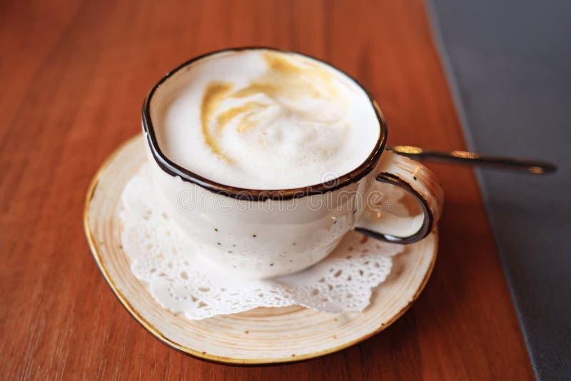 Arte do latte do copo de café no café foto de stock