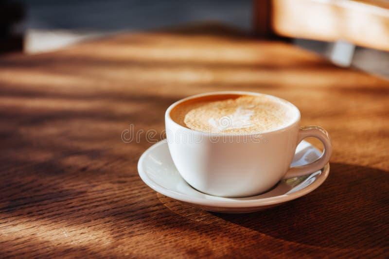 Arte do latte do copo de café no café imagem de stock royalty free