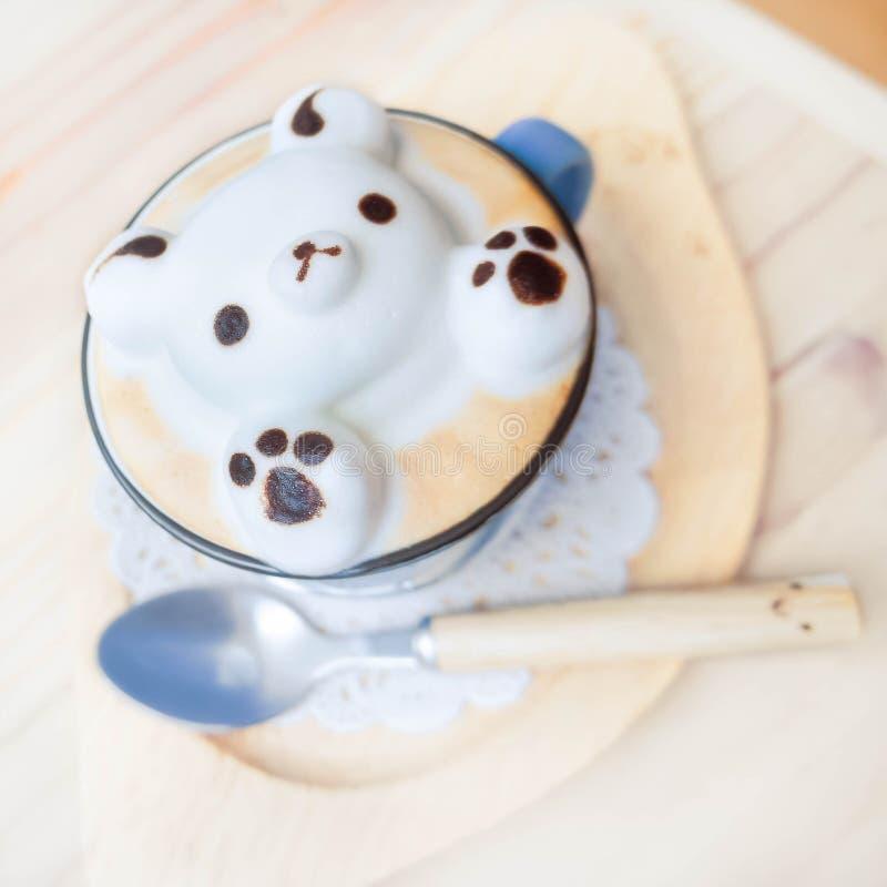 arte do Latte 3D, café bonito com arte da espuma do latte do urso de peluche imagem de stock