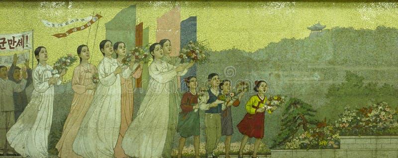 Arte do mosaico na estação de metro de Pyongyang, Coreia do Norte imagens de stock royalty free