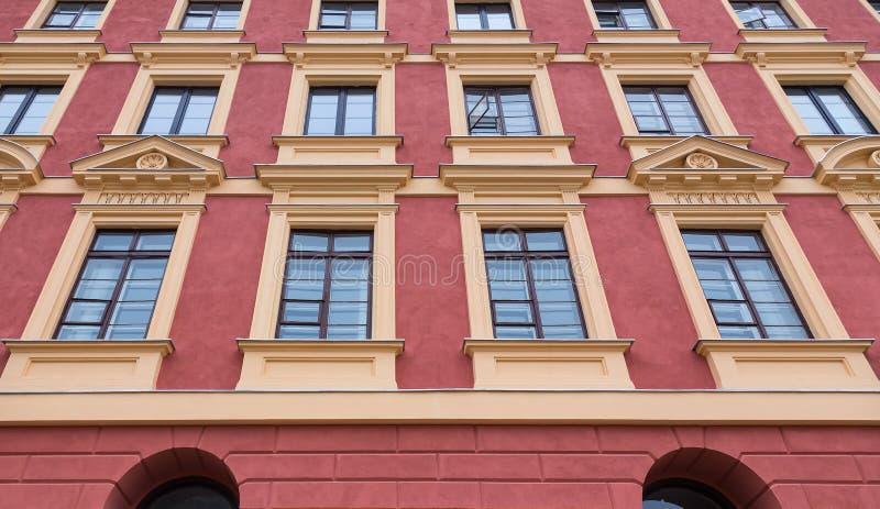 Arte do prédio de apartamentos histórico das janelas da cidade velha imagem de stock royalty free