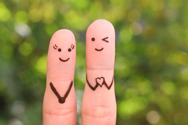 Arte dos dedos de pares felizes Noivo que mostra os dedos na forma do coração fotos de stock royalty free