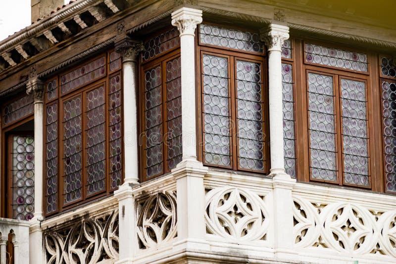 A arte e as esculturas intrincadas decoram as construções históricas em Veneza, Itália fotografia de stock