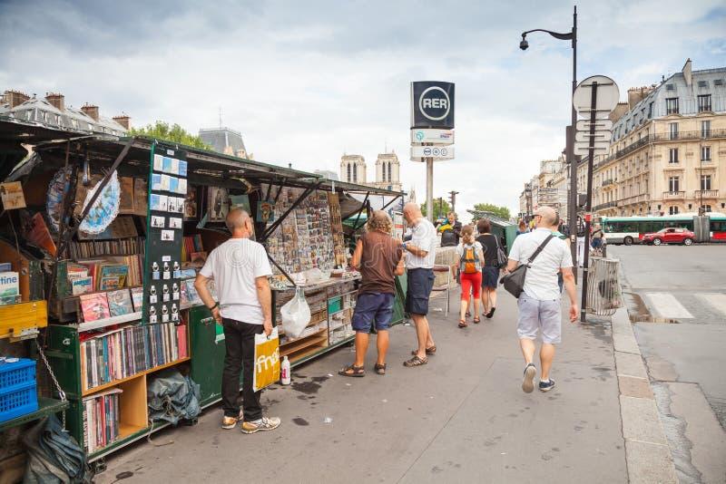 Arte e negozi di ricordo con la gente di camminata, Parigi, Francia immagini stock libere da diritti