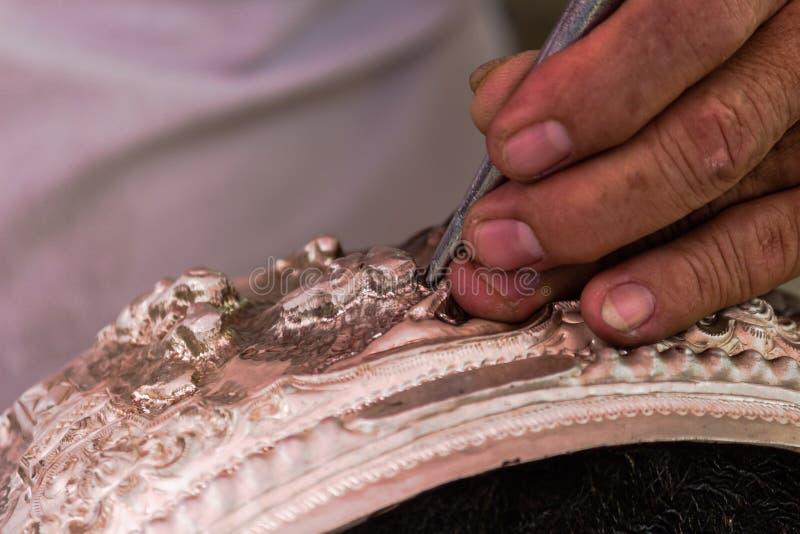 A arte e o teste padrão de cinzelar a pratas, Tailândia imagens de stock
