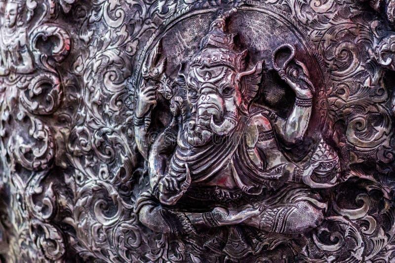 A arte e o teste padrão de cinzelar a pratas, Tailândia foto de stock