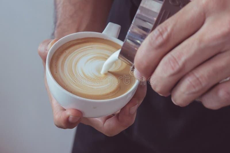 Arte en forma de corazón del latte foto de archivo