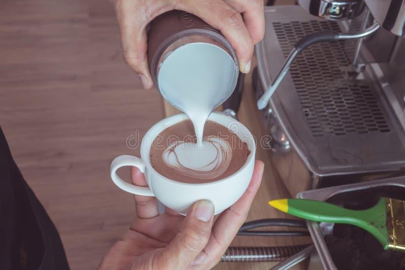 Arte en forma de corazón del latte fotos de archivo