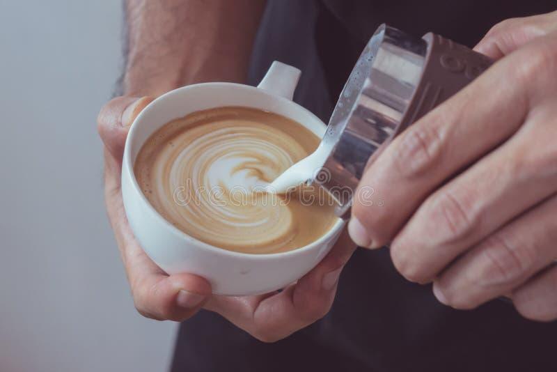 Arte en forma de corazón del latte imágenes de archivo libres de regalías
