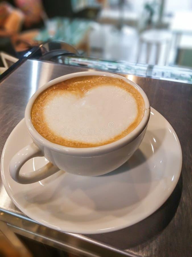 Arte en forma de corazón del latte en la taza de cerámica blanca imagen de archivo libre de regalías