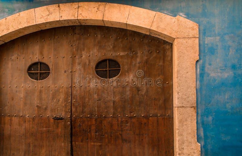 Arte en la calle - bolardo azul adornado fotos de archivo libres de regalías