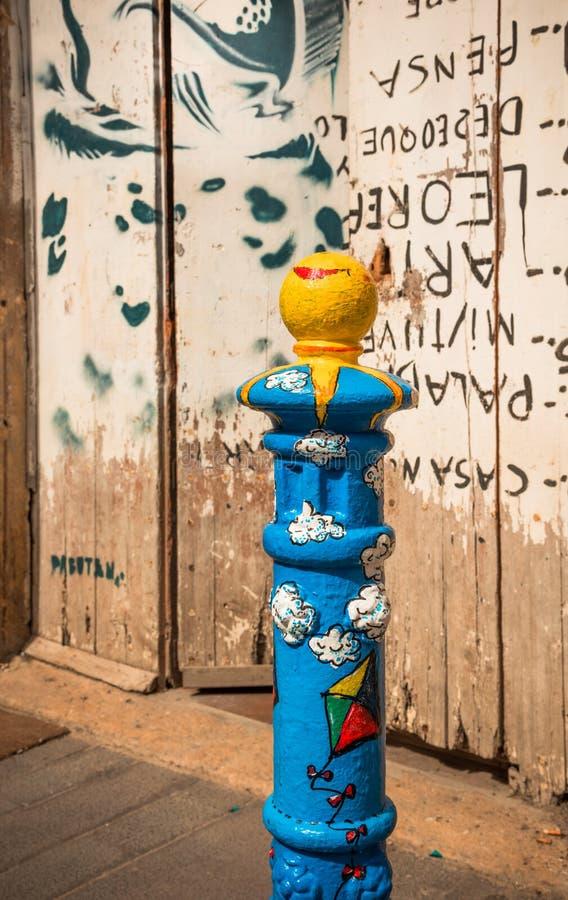 Arte en la calle - bolardo azul adornado imagen de archivo
