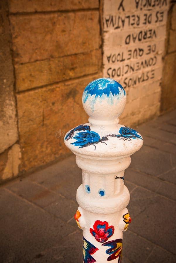 Arte en la calle - bolardos adornados fotos de archivo
