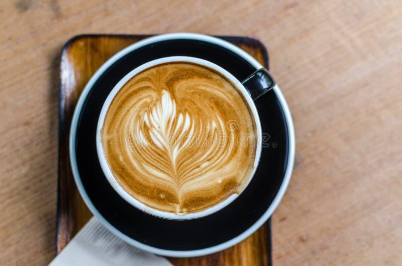 arte en la tabla de madera en café, opinión superior del latte del café del foco selectivo foto de archivo