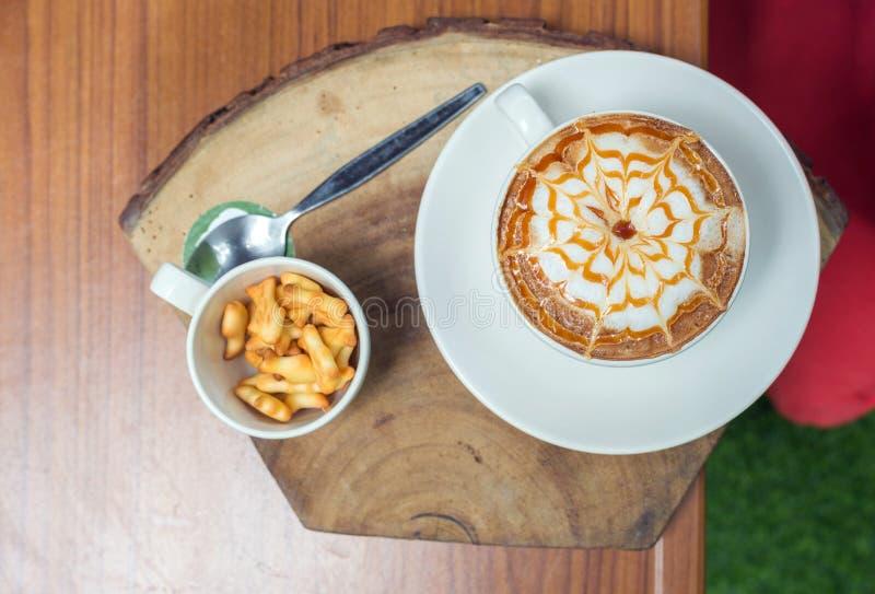 arte en la tabla de madera en café, visión superior del latte del café con leche imagen de archivo libre de regalías