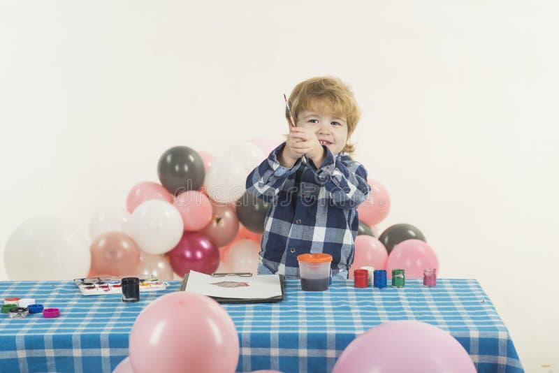 Arte feliz da criança Pintura bonito do menino Conceito do humor das crianças imagem de stock royalty free