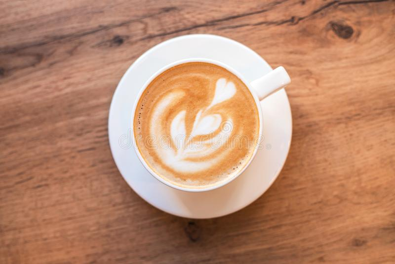 Arte flavored fresca do café no fundo de madeira imagem de stock royalty free