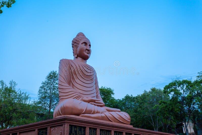 arte grande marrom do Khmer da Buda em Wat Phou Wa imagens de stock