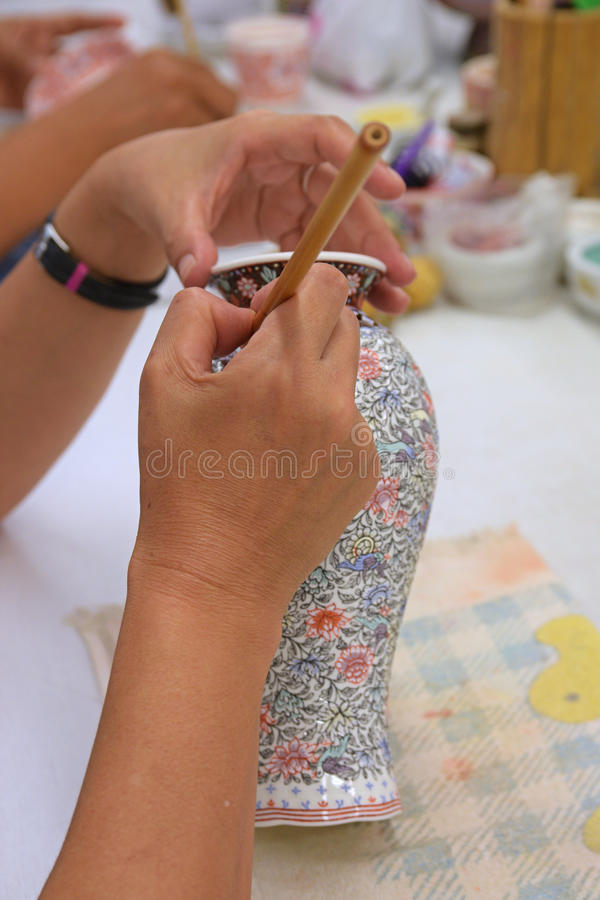Arte hecho a mano del florero de la porcelana de la pintura usando cepillo fotografía de archivo libre de regalías