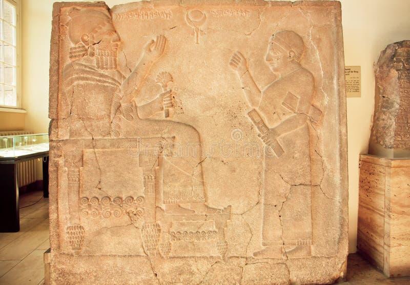 Arte hitita, alivio con rey Bar-Rakib que se sienta en el trono, 750 A.C. imagenes de archivo