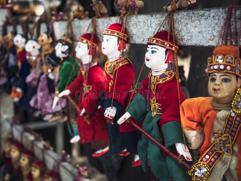Arte locale e mestiere del negozio di ricordo dell'artigianato tradizionale delle bambole del burattino del Myanmar immagine stock