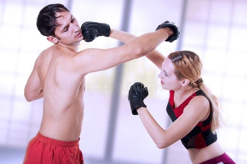 Arte marcial. entrenamiento de la mujer de la autodefensa. fotos de archivo