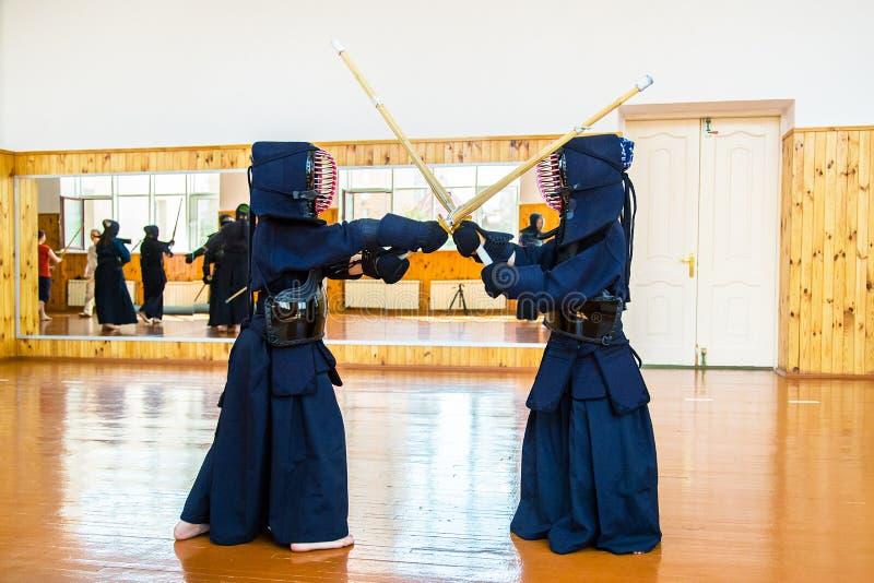 Arte marcial japonés de la lucha de la espada imagen de archivo