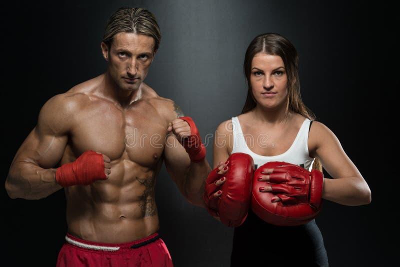 Arte marcial misturada de And Woman Training do instrutor do homem imagem de stock royalty free