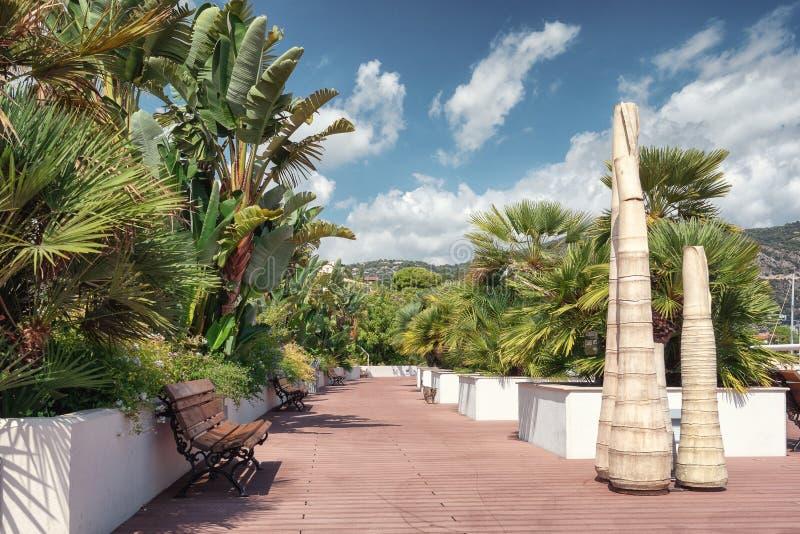 Arte moderna nel giardino della città situato accanto al porto francese di fotografie stock libere da diritti