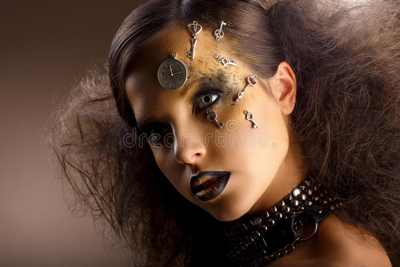 Arte. Mujer brillante extraordinaria en sombras. Maquillaje de oro. Creatividad imagen de archivo libre de regalías