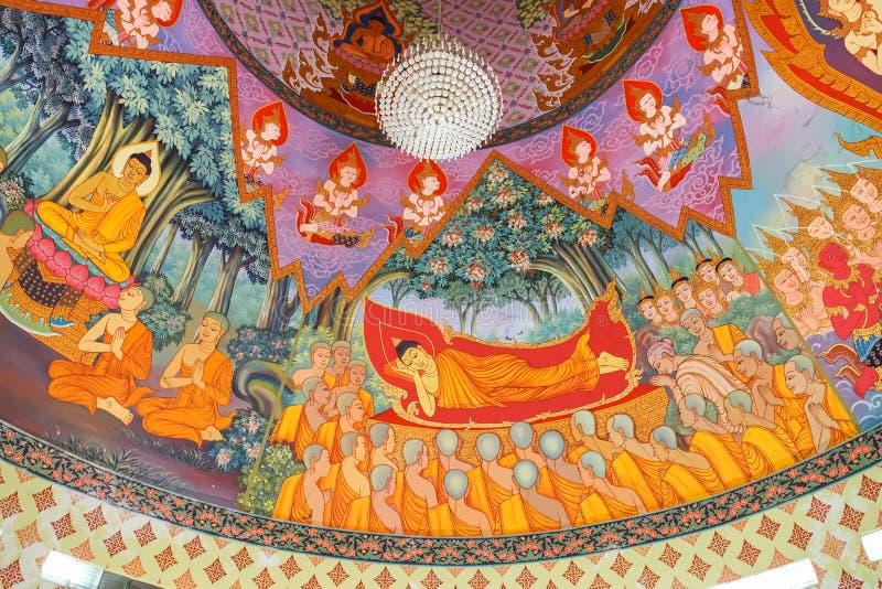 Arte mural no teto no pagode de Prachulamanee de Wat Khiriwong fotografia de stock