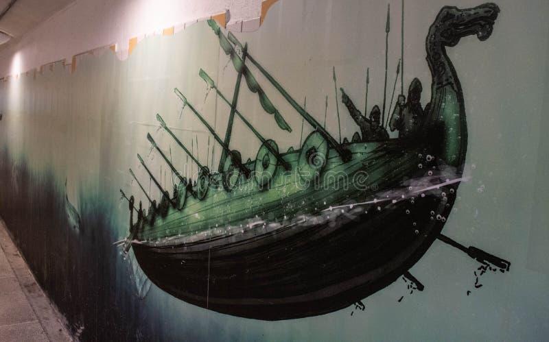 Arte in nave di vichingo della stazione ferroviaria di Upplands Väsbys fotografia stock libera da diritti