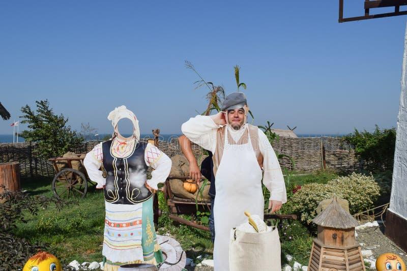 A arte objeta, decorações na vila étnica O indivíduo cola sua cara na imagem da cara imagens de stock royalty free
