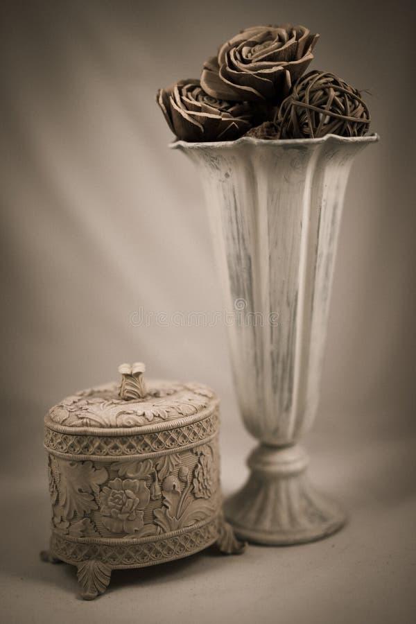 Arte ombreggiata di un vaso e di un contenitore di gioielli fotografie stock