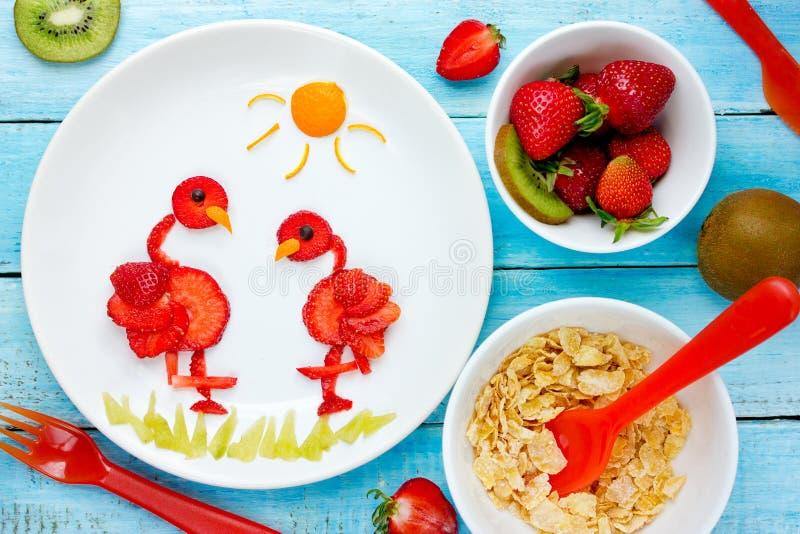 Arte para los niños, flamenco comestible de la comida de la fresa fotos de archivo libres de regalías