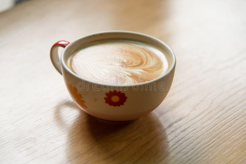 Arte quente do café na tabela de madeira fotografia de stock
