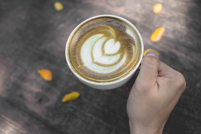 Arte quente do latte do chá verde na tabela de madeira fotografia de stock royalty free